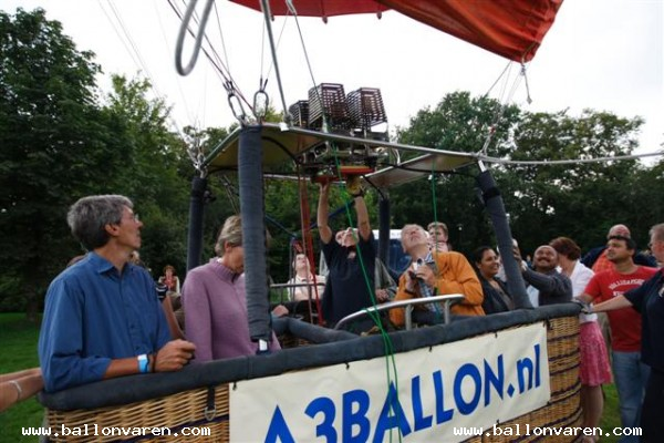 PH-LKA-Luchtballon-opgezet-in-Groningen-later-geland-in-Jubbega