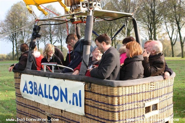 PH-CRW-Luchtballon-opgestegen-in-Den-Bosch-en-geland-in-Empel