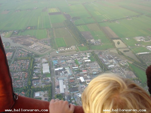PH-VYF-Ballonvaart-Friesland-vertrek-Joure-luchtballon-city